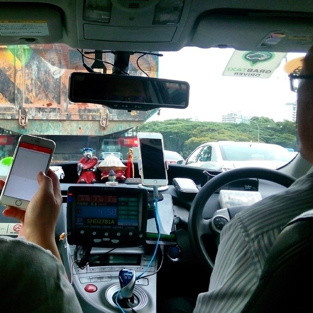 Supir taksi di Singapore pake iPhone6 Plus cuy.